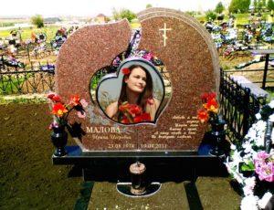 Памятники на могилу из цветного гранита — яркость и красота камня