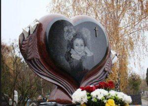 Памятник из гранита в виде сердца — одна из самых популярных форм